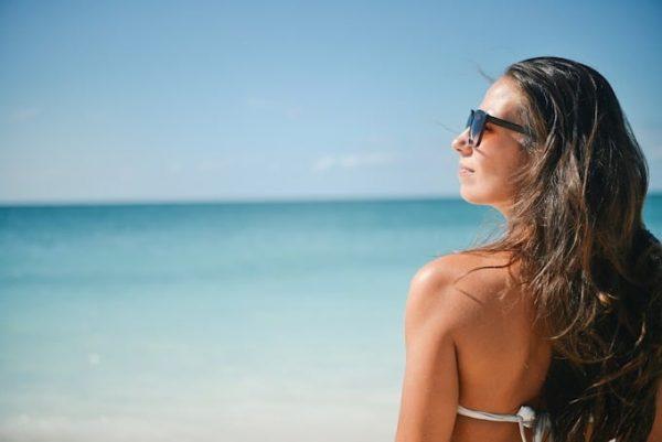 7 tips om je haar tegen de zon te beschermen