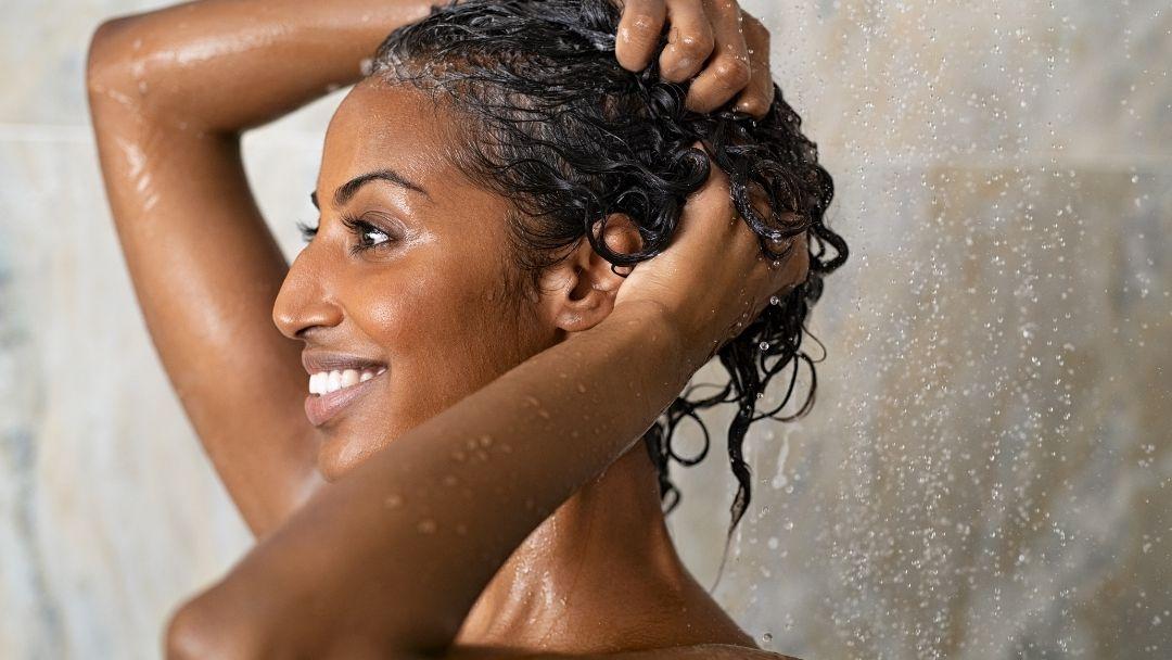 Wanneer en hoe je een clarifying shampoo moet gebruiken